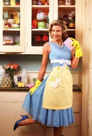 1. Rol Ev kadını:  İstediğiniz kadar modern bir yapıda olun, istediğiniz kadar iş kadını kimliğinizle özdeşleşin, darmadağınık, pis, zevksiz, özensiz bir evde yaşamak konusunda özel bir yetenek geliştirmediyseniz, ev kadını rolünü oynamak ve bekâr olsanız bile evinizde kurduğunuz düzene sahip çıkmak zorundasınız demektir. İşe lekeli ceketler ya da ütüsüz pantolonlarla gitmeniz mümkün mü? Ya da yemek yapmaktan vazgeçmeniz? Diyelim ki bir yardımcınız var ve her işinizi o yapıyor. Kopan düğmenizi de mi ona diktireceksiniz? Tabii ki özel bir ilginiz yoksa anneniz gibi zeytinyağlı dolmalar saramaz, dantel örtüler işleyemezsiniz, zaten buna vaktiniz de yok. Fakat şunu unutmayın ki artık ev kadınlığıyla iş kadınlığı birbiriyle çelişen kimlikler olarak kabul edilmiyor. Kariyeri konusunda son derece titiz kadınlar aynı titizliği evlerinde de gösteriyor, hatta hobi olarak yemek ya da dikiş kurslarına bile katılıyorlar. Hafta sonu evleriyle meşgul olmayı ekstra bir yorgunluk değil, aksine dinlendirici bir aktivite olarak görüyorlar. Yani artık ev kadınlığı modern kadınlar arasında hor görülen değil, takdir edilen bir rol...